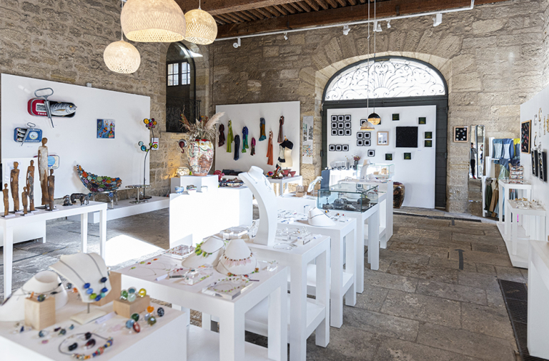 "HOUSE OF ART AND CRAFTS / ""ATELIERS D'ART DE FRANCE"""